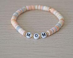 Preppy Bracelets, Summer Bracelets, Bracelets For Men, Beaded Bracelets, Name Bracelet, Bracelet Making, Jewelry Making, Letter Beads, Personalized Bracelets