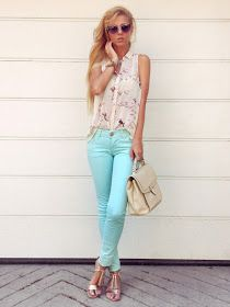 Love this look! Pastel blue jeans, floral top, and neutral accents Sirma Markova: pastelholic