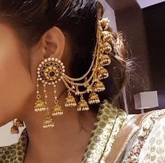 If you want to be a unique bride that looks gorgeous on your wedding day, search for the bridal jewelry that will compliment your attire. Indian Jewelry Earrings, Jewelry Design Earrings, India Jewelry, Ethnic Jewelry, Gold Jewelry, Tikka Jewelry, Diamond Jewellery, Pakistani Jewelry, Indian Wedding Jewelry