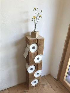 Auch im Bad kann man schöne DIY Ideen umsetzen. Wie findest du diesen coolen Kl… You can also implement beautiful DIY ideas in the bathroom. What do you think of this cool toilet paper holder? A real eye-catcher! Wood Crafts, Diy And Crafts, Diy Casa, Wood Furniture, Shaker Furniture, Furniture Storage, Furniture Projects, Furniture Plans, Furniture Design