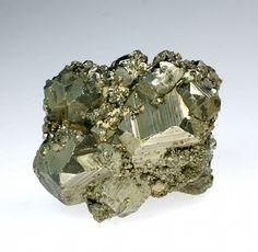 A Pirite é uma belíssima pedra, mas que também é muito poderosa! O seu normal brilho dourado e formas geométricas perfeitas fazem-na ser facilmente identificável, assemelhando-a, muitas vezes, a ouro. Por isso, esta pedra está muito ligada a uma energia de prosperidade. Muitas vezes usada como espelho, esta pedra tem fortes capacidades de protecção energética, para além de afastar energias negativas. É estimuladora de ideias e de criatividade, unindo o pensamento à intuição.