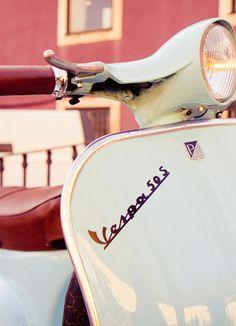Una tarde paseando con el viento soplando tu cabello en esta Vespa 50S, ¿qué tal suena? #VidaRifel