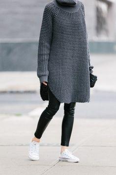 ざっくりとしたロングニットとスリムパンツのコーディネートです。白スニーカーを合わせるだけで一気に軽やかな足元に仕上がりますね。