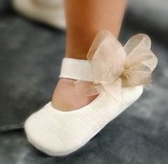 1 million+ Stunning Free Images to Use Anywhere Cute Baby Shoes, Baby Girl Shoes, Girls Shoes, Baby Shoes Pattern, Shoe Pattern, Diy Bebe, Baby Baptism, Baby Sewing Projects, Christening Gowns