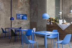 Coffee Bar in blue Nel giardino interno c'è un bar temporaneo tinto di blu. Tavoli, lampade e sedie sono firmate Opinion Ciatti. Il catering è offerto da Light Kitchen