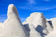 Die blendend weißen Felswände am Strand von Sarakiniko auf der Kykladen-Insel Milos heben sich imposant vor dem Blau des griechischen Himmels ab. Mit der Fototapete Weiße Felsen ist es Christian Camenzind gelungen, die besondere Schönheit dieser einzigartigen Landschaft einzufangen. #wallpaper