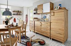 """Leere, weiße Wände können durch die Küchenregale von """"Culinara"""" verschönert und perfekt genutzt werden. Auf diesen Modulen aus Kernbuchenholz können viele Küchenutensilien untergebracht werden."""
