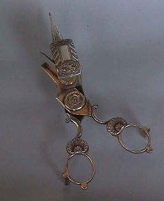 This snuffer is unmarked but very likely has English origin and was made between the end 18th / beginning 19th century.