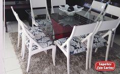 A mesa de vidro evidencia a beleza das cadeiras com assentos estampados. E o nosso Tango Prata completa o cenário deixando o ambiente bem aconchegante. - Flávia Decorações - Rua Governador Valadares, 112 - Nova Ponte/MG #HomeDecor #Decoracao
