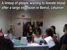 Persone in coda per donare il sangue dopo un esplosione a Beirut.