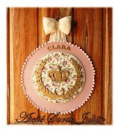 Quadro em madeira MDF com 35 cm de diâmetro forrada com tecidos de algodão, nome, coroa de louros e coroa em madeira MDF pintados em dourado no tema Realeza.