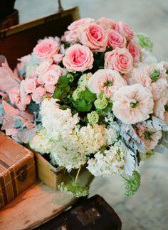 Flores dentro de cajas, maletas...