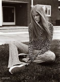 Dream Weaver–Showing off her relaxed side, Lara Stone models a wardrobe of fall knitwear for the latest issue of V Magazine. Captured by Alasdair McLellan and… Lara Stone, Fashion Models, 70s Fashion, Vintage Fashion, Fashion Fall, High Fashion, V Magazine, Magazine Editorial, Who What Wear