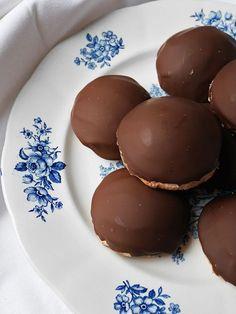 Jag har sett många sötsliskiga varianter på biskvier på sistone, men jag föredrar alltid denna variant, med chokladsmörkräm och mörk choklad. Dock har jag spexat till botten genom att göra den av h… Best Dessert Recipes, Fun Desserts, French Cookies, Fika, Dessert Drinks, Bagan, Cravings, Sweet Tooth, Food And Drink
