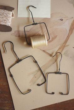 : Tienda Online ♥ It's Time To Celebrate Wire Crafts, Metal Crafts, Fun Crafts, Diy And Crafts, Arts And Crafts, Hanger Crafts, Toilet Roll Holder, Wire Hangers, Wire Art