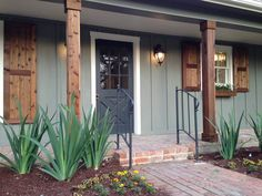 brick ranch house with cedar wood columns - Bing images Exterior Remodel, Exterior Siding, Exterior Design, Diy Exterior, Ranch Exterior, Exterior Paint Colors For House, Paint Colors For Home, Paint Colours, Farmhouse Exterior Colors