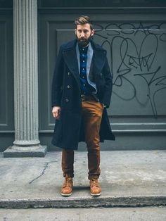 buen contraste de gabardina con pantalon mostaza.Invierno de mezclas