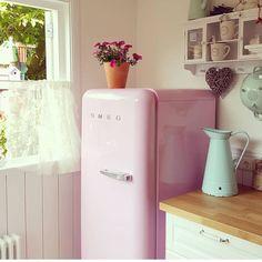 Retro e delicado! Amei ( repost @smeg50style ) #kitchen #pinterest #pin #cozinha #organizesemfrescuras #decor #retro #smeg #inpiração