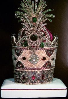 Kiani crown from the Iranian crown jewels 1800 pearls, 300 emeralds & 1800 rubies...as you do. love the fire-works explosion!