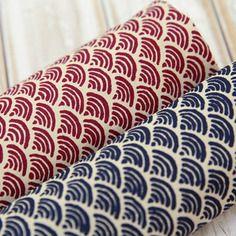 tissu japonais motifs g om triques vagues blanches fond rouge 50 x 55 cm tissus th me par. Black Bedroom Furniture Sets. Home Design Ideas