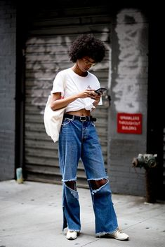 Check out all the best street style looks from outside the New York Fashion Week Spring 2018 shows. New Yorker Street Style, New York Fashion Week Street Style, Looks Street Style, Street Style Trends, Street Style Summer, Cool Street Fashion, Korean Fashion Trends, Trendy Fashion, Girl Fashion
