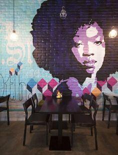 Me deu ideias de ter mesas assim na sala, porem como as mesas de bar que podem ser fechadas e guardas.