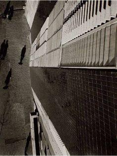 "Francesc Català-Roca en las viviendas de la Barceloneta de Coderch  ""LA CALLE COMO APÉNDICE DE LA ARQUITECTURA"" http://www.santiagodemolina.com/2014/10/la-calle-como-apendice-de-la.html"
