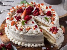 A look at the most popular traditional cakes served up in Norway. From the all-round cream cake goodness of bløtkake to the spectacular tower kransekake served at Christmas and weddings. Norwegian Food, Norwegian Recipes, Heritage Recipe, Scandinavian Food, Traditional Cakes, Cake Servings, Occasion Cakes, Cream Cake, Sweet Bread