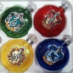 Christmas ornaments representing the houses of Hogwarts - great for your Harry Potter Christmas tree Harry Potter Christmas Decorations, Harry Potter Christmas Tree, Hogwarts Christmas, Christmas Diy, Xmas, Magical Christmas, Deco Noel Harry Potter, Cumpleaños Harry Potter, Harry Potter Weihnachten