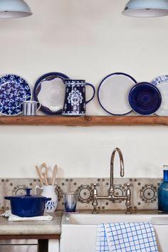 Cocina y platos de una casa decorada en azul  | DEF Deco - Decorar en familia