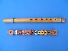 F-Una flauta indígena es hecho de bambú. La otra flauta es una Bolivian flauta de madera. El diseño es típica de unas flautas indígenas.