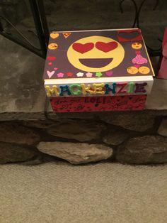 Emoji sayings around box Fun Valentines Day Ideas, Valentines Gift Box, Valentine Crafts For Kids, Valentine Decorations, Valentine Mailboxes, Emoji Sayings, Emoji Theme Party, School Parties, Boss