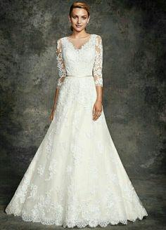 Deze Ella Rosa bruidsjurk heeft lange mouwen en een klassieke A-lijn.