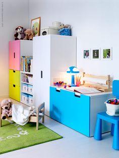 Passa på att fixa barnens rum nu på höstlovet. Ta ett ordentligt grepp över alla små och stora grejor som behöver förvaras, så kommer HELA familjen att spara städtimmar och plocktid framöver. Den nya förvaringsserien STUVA gör det enkelt att skräddarsy personliga förvaringslösningar för kläder och lek till barnens rum. Framställd av bikakemönstrad fyllning av återvunnet papper är STUVA ett mycket miljövänligt val. STUVA finns i färgerna rosa, blå, grön, vit och björk, och går att kombinera…