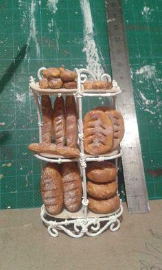 Les petites réalisations d'Amélo - Les pains sont fabriqués en pâte FIMO et les pierres apparentes en argile, l'étagère est en fils de fer.