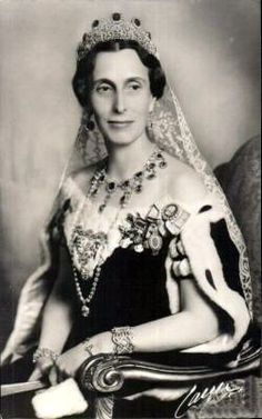 Sybylla of Saxe-Coburg Gotha, wife of Prince Gustav Adolf, mother of present King Carl XVI Gustaf of Sweden - the Leuchtenberg sapphire parure.  See previous pins.