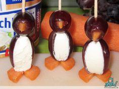 Bei der Suche nach Anrichtungsmöglichkeiten für das Quietschbeu-Kindergarten-Geburtstagsfrühstück bin ich bei Pinterest über die Oliven-Pinguine gestolpert und musste ein bisschen quietschen. Natürlich hab ich die dann auch gepinnt und geteilt, überlegte aber schon, ob man mit Oliven kleinen Kindern eine große Freude macht. Das Löwenmäulchen mag Oliven, der Quietschbeu aber zum Beispiel nicht. Es war Kathi, die mir dann schrieb, sie habe die Pinguine einfach mit Trauben umgesetzt. Wie das…