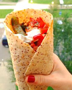 Delicious chicken fajitas with salsa & coconut 'sour cream'. Low fodmap, gluten free, dairy free recipe! Quick and easy clean eating recipe ready in under 30mins.