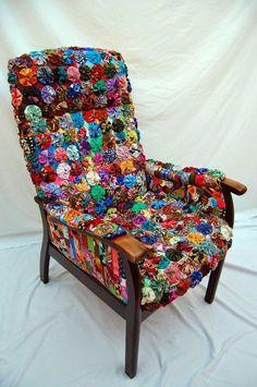 Forrada com fuxico, aquela velha cadeira ganha colorido e alegria.