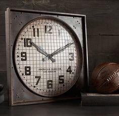1940s Gymnasium Clock - Gek op die oude Amerikaanse films die zich afspelen in de jaren '30 en '40? Dan heb je deze klok menig maal voorbij zien komen. Ze waren vooral te spotten in stations, fabrieken, benzinestations en sportzalen. De Gymnasium Clock is een reproductie en ziet er nog steeds zo uit als het origineel.