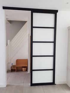 Deze prachtige stalen schuifdeur met glas van maar liefst 3 meter hoog hebben wij geleverd aan een tevreden klant in Bussum!