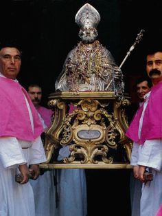 Il busto argenteo del Santo sorretto da due portatori nel giorno di festa (26 maggio)