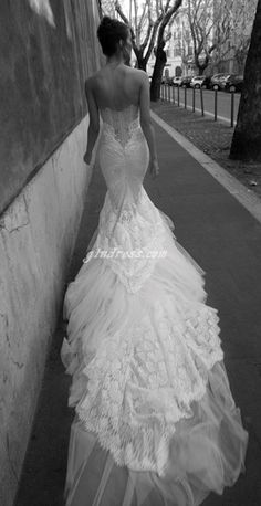 This wedding dress just reminds me white peacock's tail. I really like the shape of the dress. It is gorgeous.