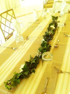 leaves flower table runner garland guirnalda camino de mesa hiedra icy daisies margaritas baby breath babies breath first communion baptism decor centerpiece tablescape centro de mesa decoracion floral guatemala guate arreglo de flores follaje green children table