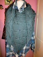 """""""Axman"""" ist ein Schaltuch, welches in seiner rustikalen Art durchaus auch für Männer geeignet ist. Pattern Library, Shawls, Knits, Ravelry, Hooded Jacket, Knitting, Sewing, Blouse, Jackets"""