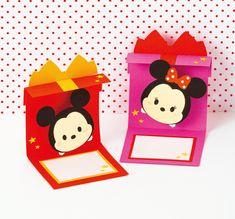 プレゼントの形をしたカードを開くと ミッキーのツムがびよーんと飛び出す楽しいプレゼントカード! 飛び出すしくみはコイル状に巻いたワイヤー。 小さめサイズなので、ちょっとしたギフトに添えるのにぴったりです。 ここではミッキーのポップアップカードの作り方を紹介!