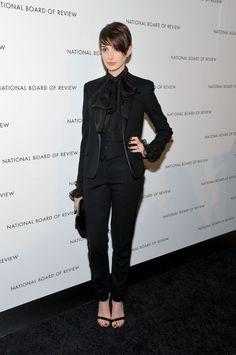Anne Hathaway en smoking Saint Laurent par Hedi Slimane de la collection printemps-été 2013 aux National Board Of Review Awards à New York, le 8 janvier 2013