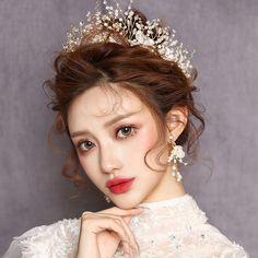 korean wedding hairstyles Bridal Crystal Gold Headband Girls Tiara With Earrings Tiara Hairstyles, My Hairstyle, Indian Hairstyles, Wedding Hairstyles, Korean Wedding Hair, Short Wedding Hair, Bridal Wedding Dresses, Wedding Reception, Pageant Hair