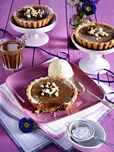 Im Teig der kleinen Tartes verstecken sich Macadamianüsse. Gefüllt sind sie mit einer köstlichen Creme aus Schokolade und Karamell Sugar Alternatives, Pudding, German Chocolate, Nutella, Tiramisu, Panna Cotta, Muffins, Cupcakes, Make It Yourself