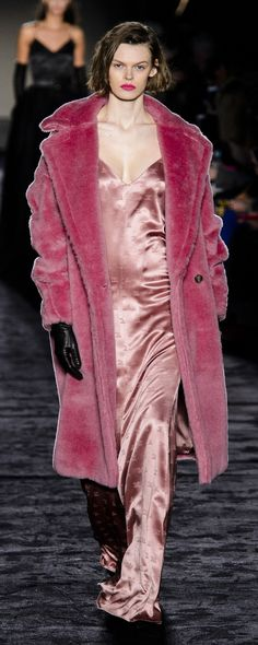 Max Mara Fall-winter - Ready-to-Wear Pink Fashion, Runway Fashion, Fashion Outfits, Womens Fashion, Fashion Trends, Street Fashion, Girly Outfits, Petite Fashion, Curvy Fashion